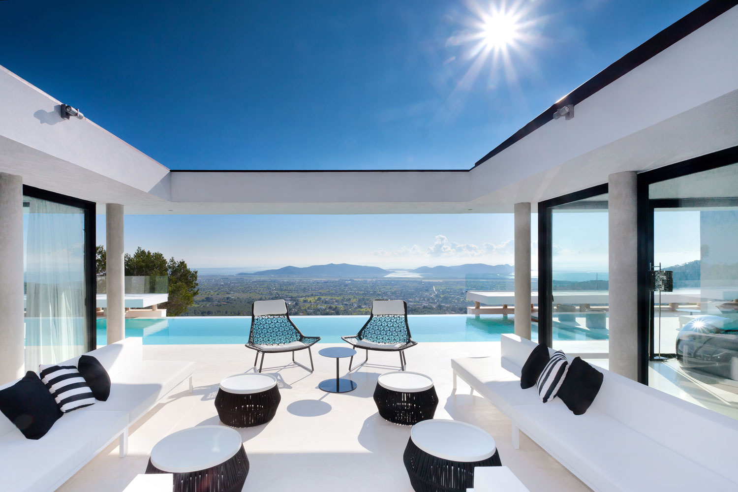 Modern property with panoramic sea views and excellent hilltop location
